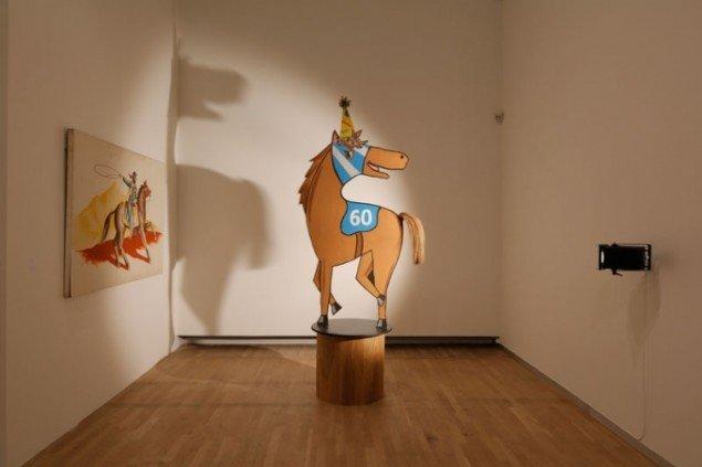 Henrik Olesen: Installationsview; Lutz Bacher, Horse/Shadow, 2010-2012 & Lutz Bacher, Horse Painting, 2010 Foto: Anders Sune Berg