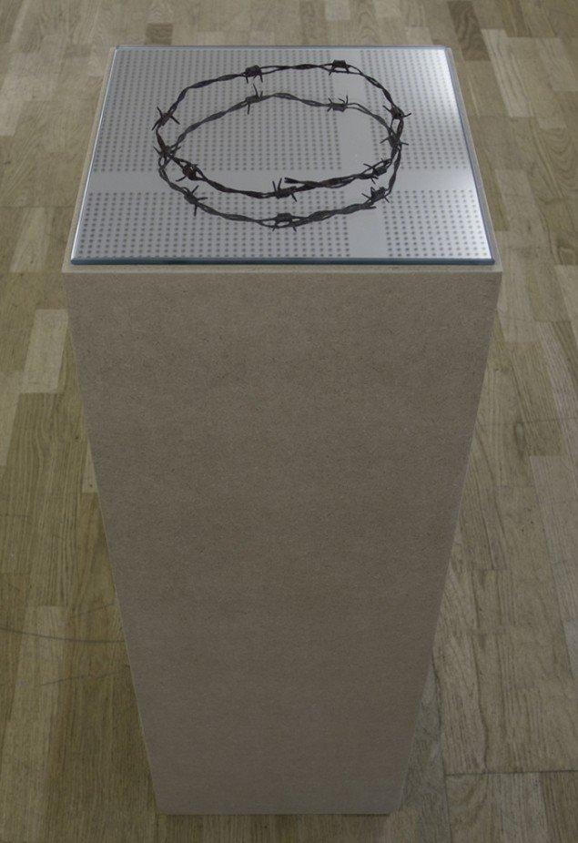 Christan Lemmerz: KZ-DRAHT, 2013. Pigtråd, spejl, podium. På Nocturne, Udstillingsstedet Sydhavn Station. Foto: Morten Jacobsen