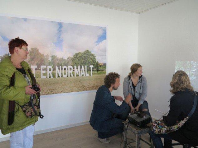 Kirstine Autzen: DET ER NORMALT (2014). Installation på Sønderbrogade + Pernille Overø (dans), Jens Balder (musik), Matthias Hvass Borello (musik), Kristian Sønderby (kamera): Hvad danser jeg om, når jeg vender retur? (2014). Dansevandring og film.
