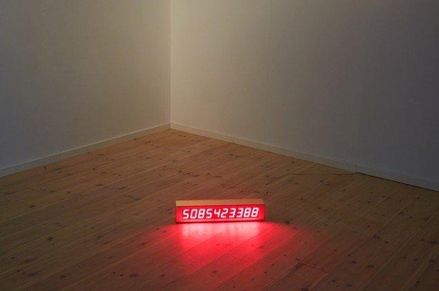 Nasan Tur: The remaining life of Nasan Tur, 2013. Elektronisk display, 24k guldramme, kabel, 11 x 9 x 52 cm.  På First Shot, Kunsthal 44 Møen. Foto: Thomas Gunnar Bagge
