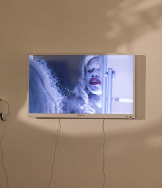 Ope Lori: Man's greatest tragedy, 2010. Videostill. Udstillingsview fra Possession. Art, Power and Black Womanhood, New Shelter Plan. Foto: Johan Rosenmunthe