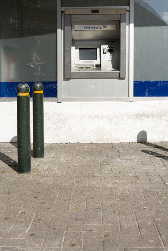 SUPERFLEX's Lost Money er normalt naglet til fliserne foran KUNSTEN i Aalborg. Foran Nordea-filialen i Odense kommer mønterne til at handle om finanskrise, og ikke kunstinstitutionen som sådan. Foto: Jan Søndergaard