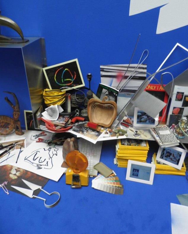 Fortættet konstellation af objekter. Camille Henrot: The Pale Fox. (Foto: Kristian Handberg)