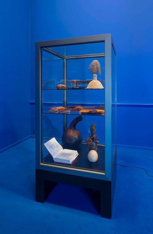 Montre med objekter fra Nationalmuseets etnografiske samling fra udstillingen. (Pressefoto)