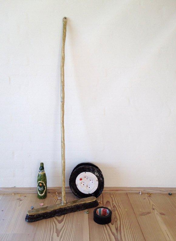 Rose Eken: Kost og gaffatape, 2012. Installation, glaseret papirler. På Det Milde Vesten, m.galleri. Foto: Rose Eken og Søren Behncke