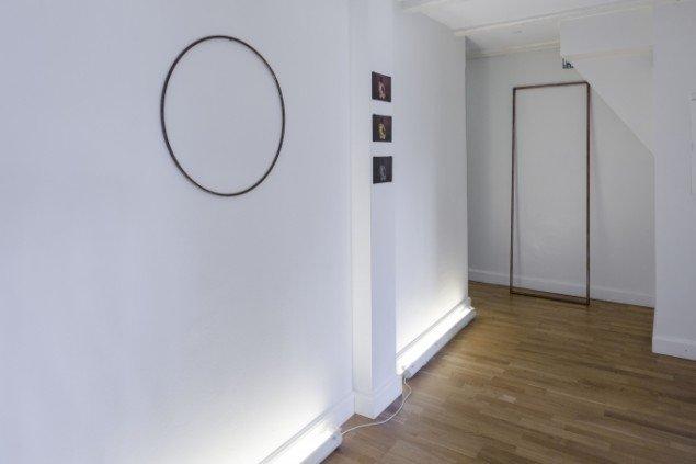 Sophie Dupont. Venstre: Circle. Jern. Midt: fladbedprint, fra top: kobber, messing og zink. Kisteramme i kobber. 2014. Udstillingsview fra Reflections, ApArt. Foto: Anders Sune Berg