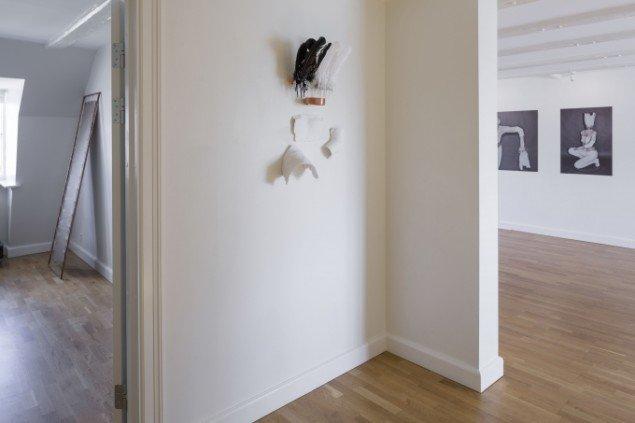 Sophie Dupont. Objects, 2014. Fjer, kobber, gips, metalblonde, tape. Udstillingsview fra Reflections, ApArt. Foto: Anders Sune Berg
