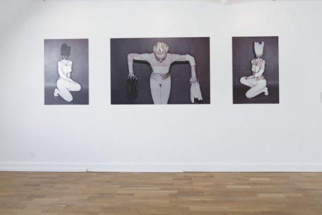 Sophie Dupont. Fra venstre: Black Feathers, 2014, Black & White Feathers, 2014 og White Feathers, 2014. Alle flatbedprint på aluminium. På Reflections, ApArt. Foto: Anders Sune Berg