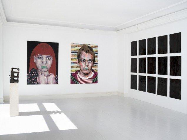Udstillingsview med malerier af Mustafa Maluka og vægværker af Joel Andrianomearisoa på African contemporary art, Galerie Mikael Andersen. Foto: Jan Søndergaard