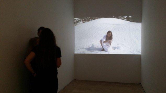 Katja Bjørn: Grove løjer, 2014. Video. På Jorn Lab, KunstCentret Silkeborg Bad. Foto: Johanne Daugaard Løkke
