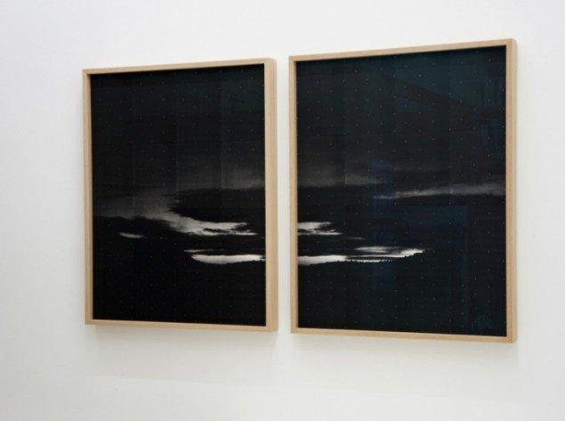 Adam Jeppesen: Unititled 1307 P1 + P2, 2012. Diptykon, i egetræsramme. Xerografi, sammensat af A4-papir. 2 dele, hver 99,5 x 80,5 cm. Udg. af 5. På Touching Light, Peter Lav Gallery. Courtesy Peter Lav Gallery