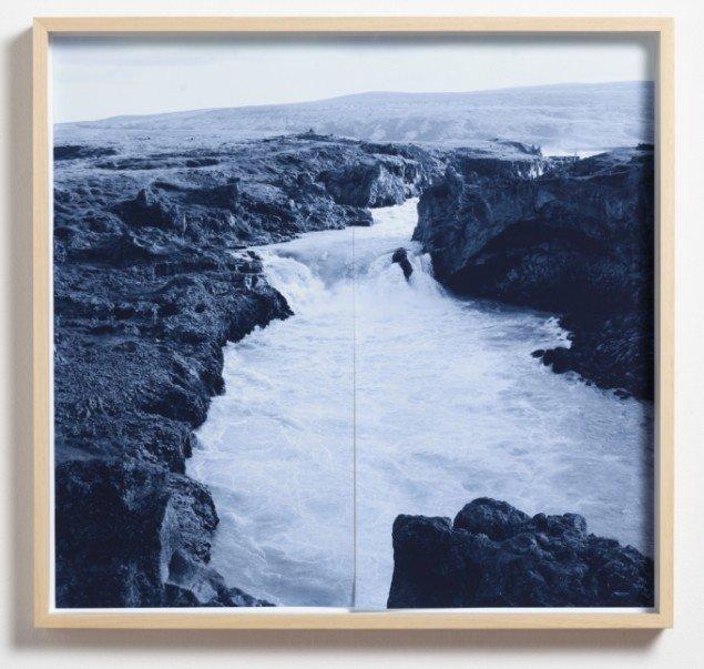 Carina Zunino: Curtain Falls V, 2013. Pigmentprint, indrammet, 80 x 84 cm. Udg. af 3. På Touching Light, Peter Lav Gallery. Courtesy Peter Lav Gallery