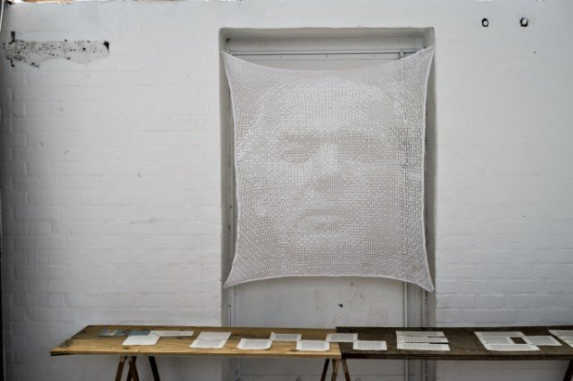 Anders Bonnesen: Thomas Bernhard (1931-1989), 2014. Bomuldsgarn. På Disse tynde steder, BETON. Foto: Martin Kurt Haglund.
