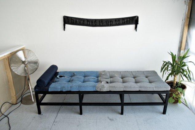 Anders Bonnesen: Day bed, 2012. Eget tøj, skumgummi, bemalet træ. Og I have had it up to here, 2013. Bomuldsgarn. På Disse tynde steder, BETON. Foto: Martin Kurt Haglund