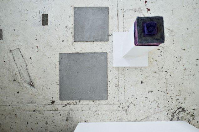 Anders Bonnesen: Straight Thinking, 2013. Garn, bemalet MDF. Samt Julie Bitschs Spørgsmål #5 & #6: Kvadratisk betonflade. På Disse tynde steder, BETON. Foto: Martin Kurt Haglund
