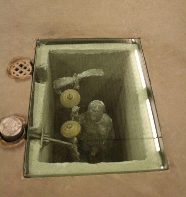 Martin R. Olsens figur forestiller Lisbeth Hermansen, der i museets gulv ringer på en klokke, når man træder på en fodpedal. Foto: Lasse Juhl Nielsen