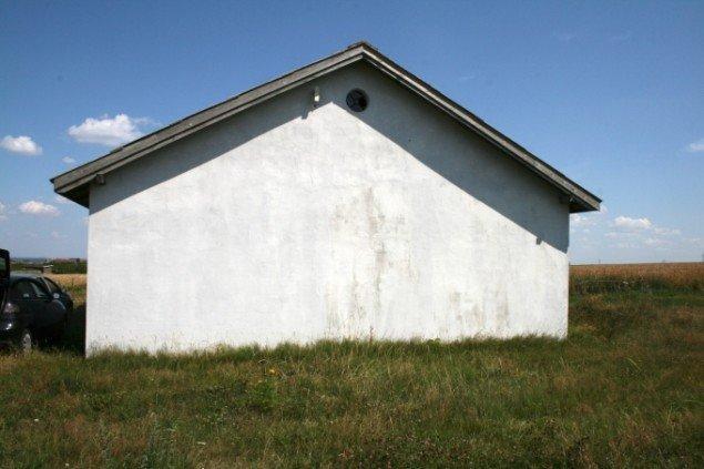 Lisbeth Hermansen har selv muret vinduerne til i det gamle missionshus. Foto: Lasse Juhl Nielsen