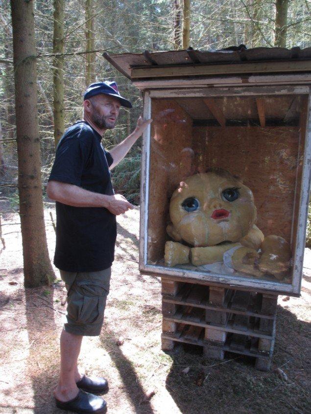 Søren Taaning - en af hovedmændende bag Skovsnogen - viser om. Her foran en af skovens 3 `kunsthaller´, HenHouse. Foto: Ole Bak Jakobsen