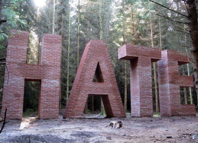 Jes Brinch: HATE. Foto: Skovsnogen