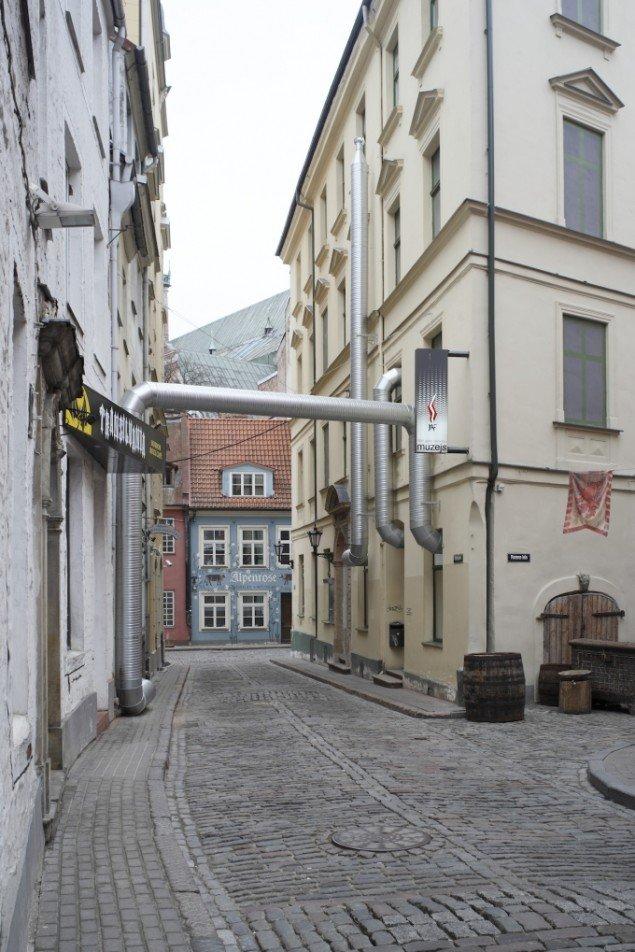 Troels Sandegård: Exhale, 2010. Supernova, Riga, Letland. Exhaust pipe, ventilator, glass, wood, agar DG18 (dichlora glycerol). Foto: Anders Sune Berg