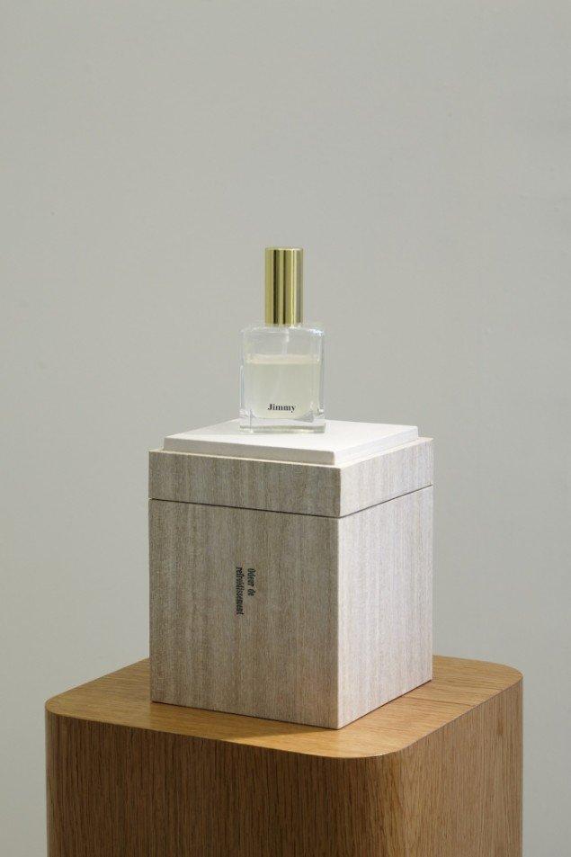 Troels Sandegård: Odeur de refroidissement, 2009. Hyperhidrosis (male perspiration), flacon, wood, veneer, leather, cardboard, 132 x 21,5 x 21,5 cm. Foto: Anders Sune Berg