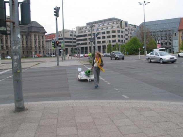 Mette Kit Jensen: Ich Vermisse. Intervention på Alexanderplatz. Berlin Alexanderplatz, Urban Art Stories 2005. Foto Mette Gitz-Johansen.