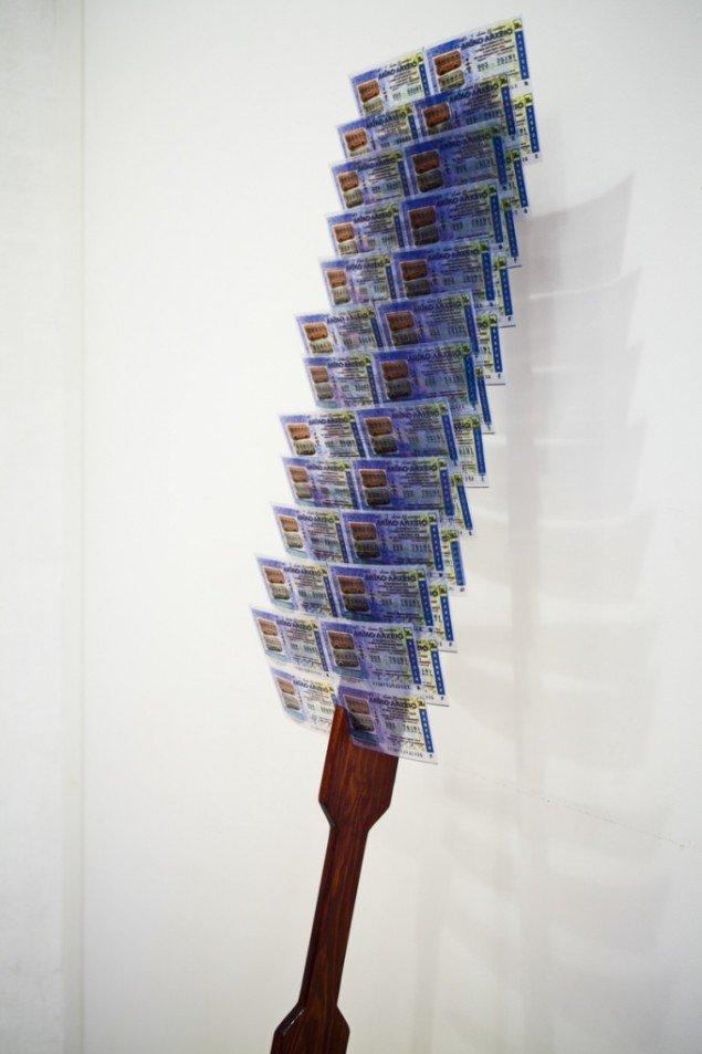 Mette Kit Jensen: Flâneuse, Musee de lÉurope, Kopi af stav med lotterisedler. Mahognibejdset træ og fotokopier. REaction!!!-Storbykunst på landet, Vestjyllands Kunstpavillon 2013. Foto Signe Vad.