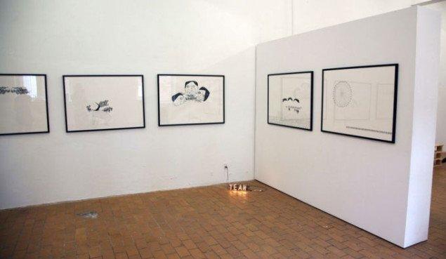 Misja Thirslund Krenchels tegninger dominerer rummet, mens Berit Dröses YEAH 'pipper' i hjørnet. Foto:Anne Have Lietzen.