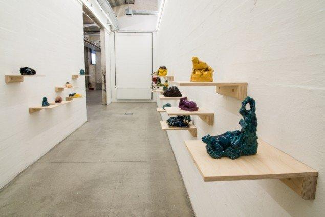 Udstillingsview af keramiske arbejder på Erik Øckenholt - Akkumulering, Kunsthal Nord. Foto: Niels Fabæk