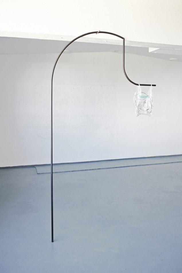 Saskia Te Nicklin: Untitled. Sort vokset jern, plastik bærepose. På gruppeudstilling m. Stefania Batoeva, Esmerelda V. Lindström, Saskia Te Nicklin, 68 Square Metres. Foto: 68 Square Metres