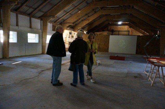 Lokale på besøg i udstillingen - Ferdinand Ahm Kraghs værk i baggrunden. Foto: Rasmus Graff