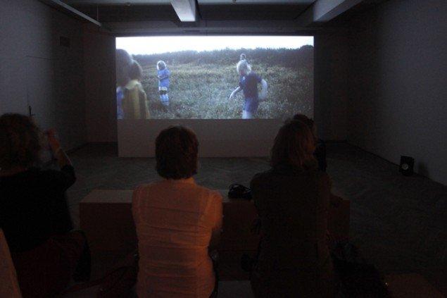 John Skogs videoinstallation på kunsthallens mezzanin. (Foto: Carsten Nordholt)