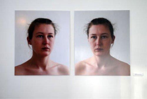 Majbrit Jensen: Spejl - to simultant fotograferede billeder af henholdsvis en person og dennes spejlbillede.