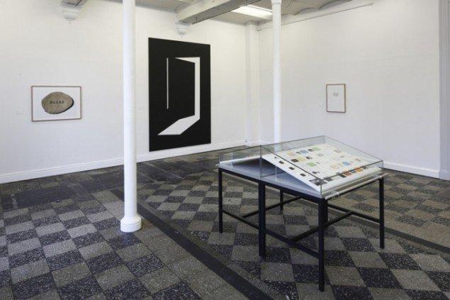 Interiør med montre fra udstillingens første rum. Foto: Anders Sune Berg.