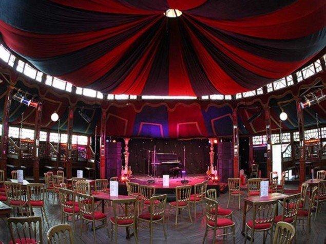 Spejlteltet, som rummer foredrag, debatter og cabaret-aftener under Golden Days ved Frederiksberg Runddel.