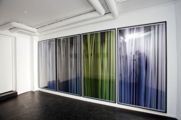 Ruth Campau: Vertical (installation shot), 2014, inkjet på Slickrock metallic papir, 197 x 103 cm. Foto: Ruth Campau