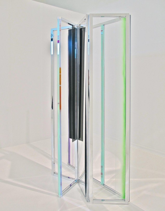 "Ruth Campau: ""R"" (Homage to Robert Jacobsen), 2012, akryl på akrylplade, spejlakrylplade, aluminium, 2,00 x 1,20 x 0,40 m. Foto: Anders Sune Berg"