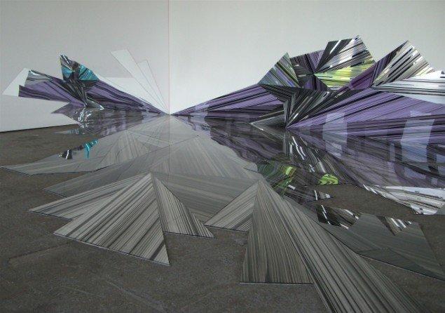 Ruth Campau: Linear Connection, 2010, akryl på akrylplade, spejlakrylplade, radiant akrylplade, 7,90 x 4,80 x 1,35 m. Foto: Anders Sune Berg