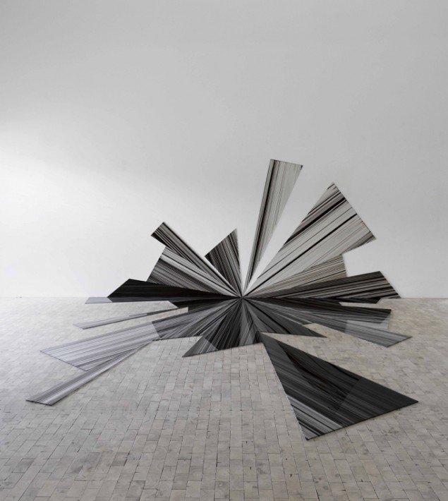 Ruth Campau: Twinkler, 2008, akryl på akrylplade, 2,10 m x 4,40 m x 4,50 m. Foto Anders Sune Berg