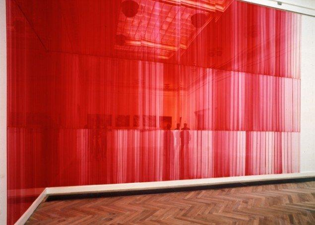 Ruth Campau: Naphthol Red Light 419, 2001, akryl på akrylplade, 4,8 m x 9,0 m. foto: Bent Ryberg