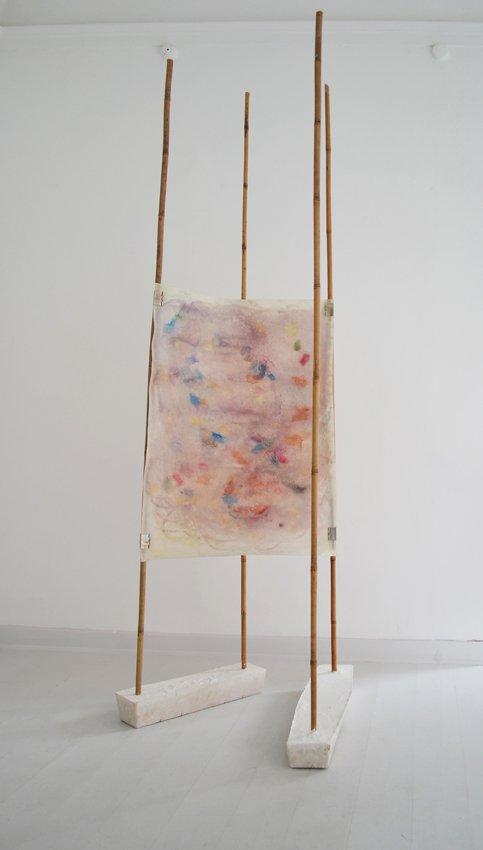 Johanne Skovbo Lasgaard: Axis, 2014. Pigment og olie på papir, gips, bambus, 240 x 80 x 80 cm. På The Order of Things, Marie Kirkegaard Gallery. Foto: Marie Kirkegaard Gallery