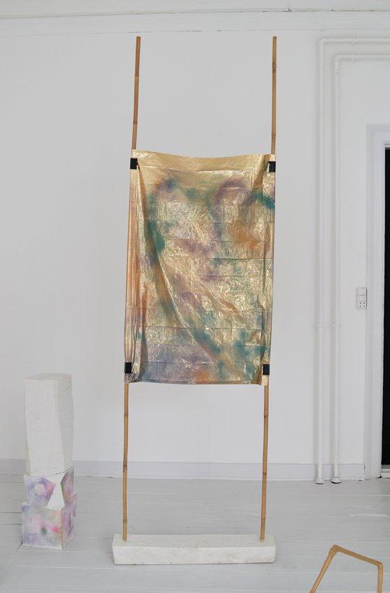 Johanne Skovbo Lasgaard: Syntax, 2014. Airbrush på metalfolie, gips, bambus, 240 x 68 x 15 cm. På The Order of Things, Marie Kirkegaard Gallery. Foto: Marie Kirkegaard Gallery