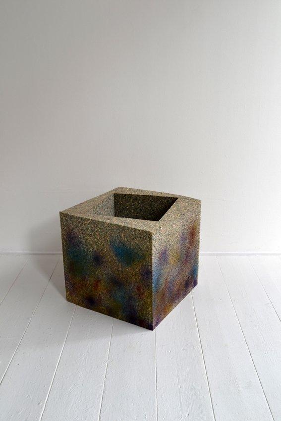 Johanne Skovbo Lasgaard: Magnet, 2014. Skum og airbrush, 40 x 43 x 43 cm. På The Order of Things, Marie Kirkegaard Gallery. Foto: Marie Kirkegaard Gallery
