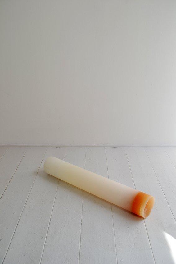 Johanne Skovbo Lasgaard: Fluid Statics, 2014. Stearinsyre og kobber pigment, 74 x diam. 13 cm. På The Order of Things, Marie Kirkegaard Gallery. Foto: Marie Kirkegaard Gallery