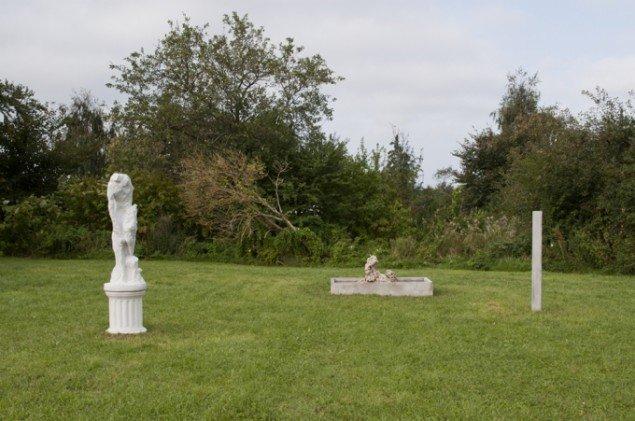 Peter Olsen: Installationen består af forskellige skulpturelle elementer der befinder sig på forskellige stadier mellem opbygning og opløsning. Indeholder koraller, beton, vand og marmor, og vil i foråret blive færdiggjort. Foto: Skulpturlandsby Seld