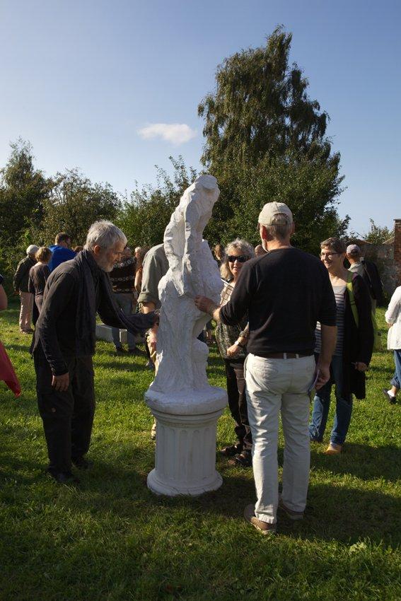 Peter Olsens installation foran Brugsen beses under ferniseringsrunden. Foto: Skulpturlandsby Selde