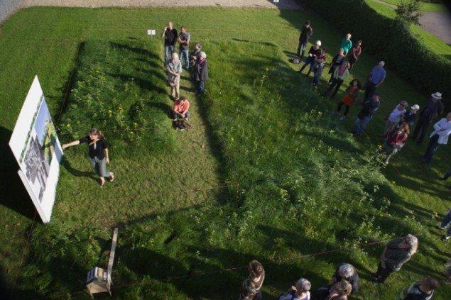 Gitte Juul fortæller om sit projekt. Foto: Skulpturlandsby Selde