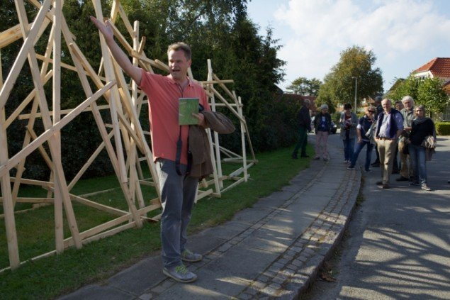 Thomas Wolsing præsenterer sig bidrag. Foto: Skulpturlandsby Selde