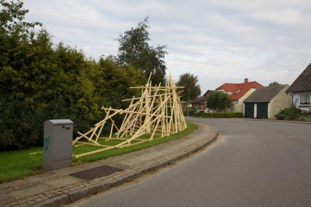 Thomas Wolsings skulpturelle objekt befinder sig i et markant sving i Selde. Foto: Skulpturlandsby Selde