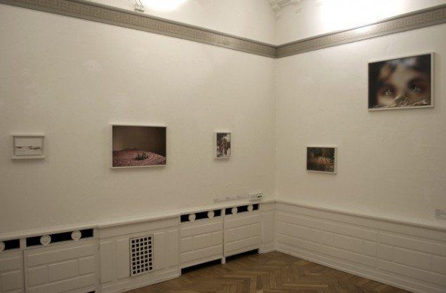 Udstillingsview af værker af Anni Leppälä. På Indre og ydre landskaber, Fotografisk Center i Museumbygningen. Foto: Kirstine Schiess Højmose